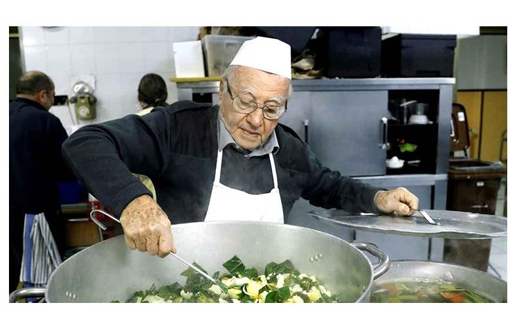 Italiano de 90 anos cozinha todos os dias para pessoas em situação de rua