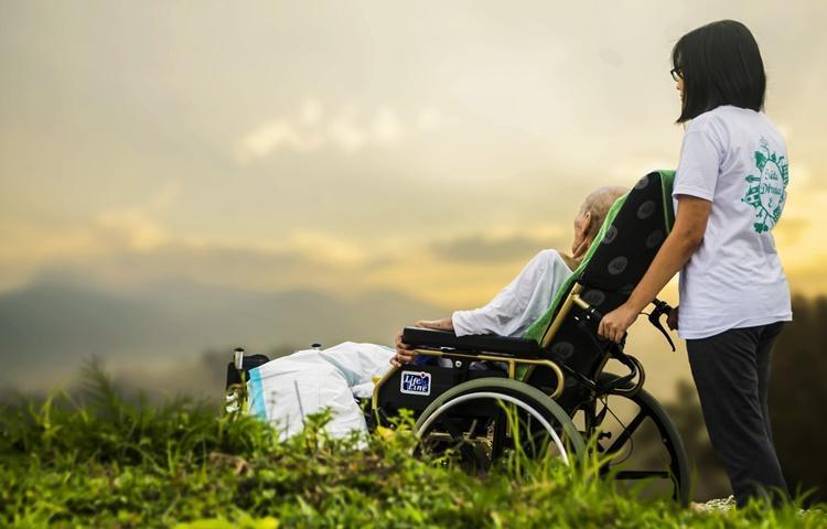 Pessoa idosa ou com deficiência poderá ter acesso a auxílio-cuidador