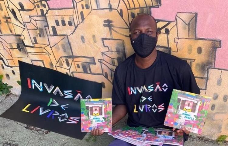 Escritor do Complexo do Alemão tem projetos para democratizar a leitura